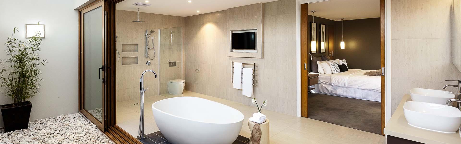 Moderne barrierefreie Badezimmer Renovierung mit freistehender Wanne in Wien