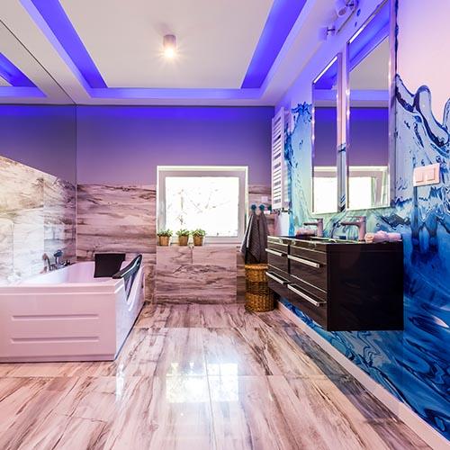 Badezimmer Renovierung mit großen Fliesen im Bad