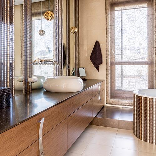 Großes Luxus Badezimmer mit edlen Mosaik Fließen