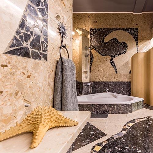 Seestern auf Marmor Bank im Badezimmer