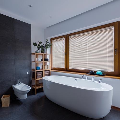 Große Fliesen mit großer Badewanne im Badezimmer