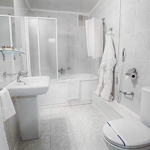 Kompaktes Bad mit WC, Waschbecken und Badewanne