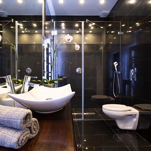 Luxus Badezimmer mit seniorengerechte Dusche