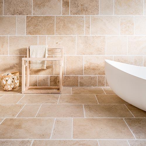 Das minimalistische Badezimmer mit großen Fliesen