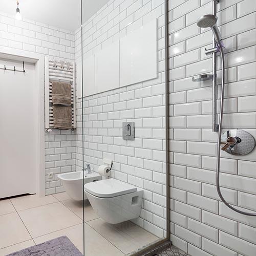 Seniorengerechtes Badezimmer mit barrierefreie Dusche