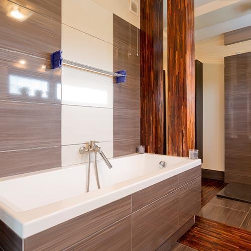 Schlichtes Badezimmer mit großen Fliesen